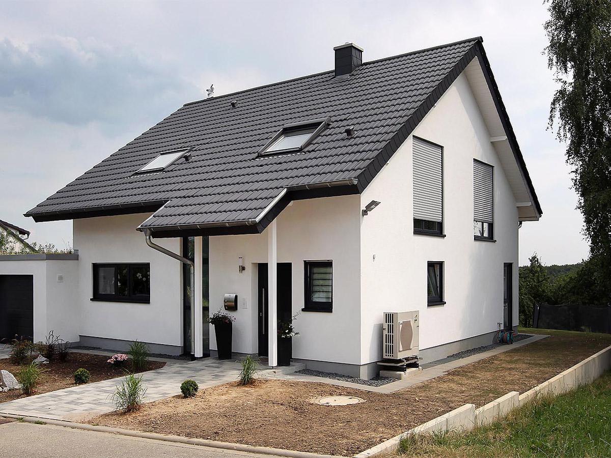 Referenz-Haus in Gaiberg mit Gaube und Balkon