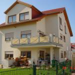 Mehrfamilienhaus mit großem Balkon, Giebel und Terasse